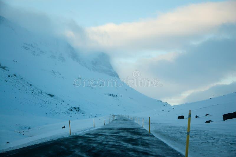 Strada ghiacciata della montagna, strada sola, Islanda orientale fotografia stock