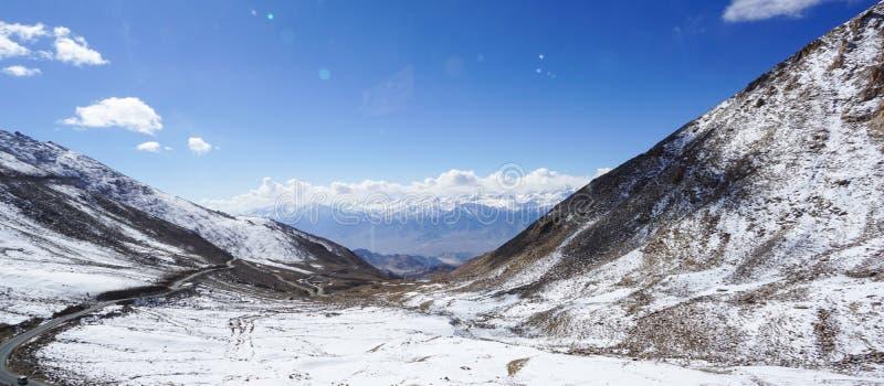 Strada in Himalaya della montagna e cielo, nuvola sottile in India immagini stock libere da diritti