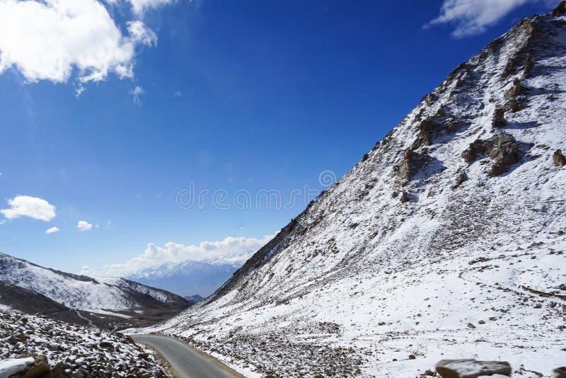 Strada in Himalaya della montagna e cielo, nuvola sottile in India immagini stock