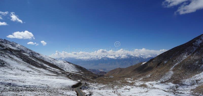 Strada in Himalaya della montagna e cielo, nuvola sottile in India fotografie stock libere da diritti
