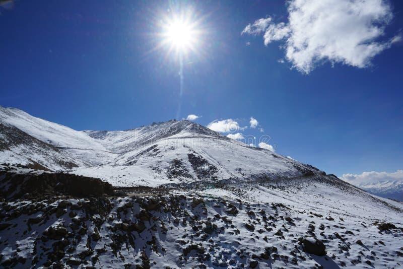 Strada in Himalaya della montagna e cielo, nuvola sottile in India fotografia stock libera da diritti