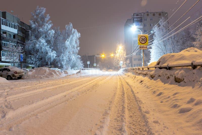 Strada invernale e lanterne luminose Colpo di notte fotografie stock libere da diritti