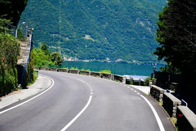 Strada lungo il lago garda, Italia fotografia stock