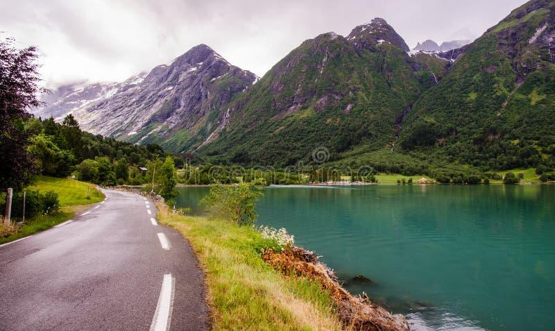 Strada lungo il lago in Norvegia immagini stock libere da diritti