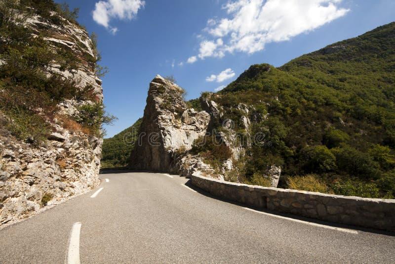 Download Strada in montagne immagine stock. Immagine di nuvoloso - 56881979