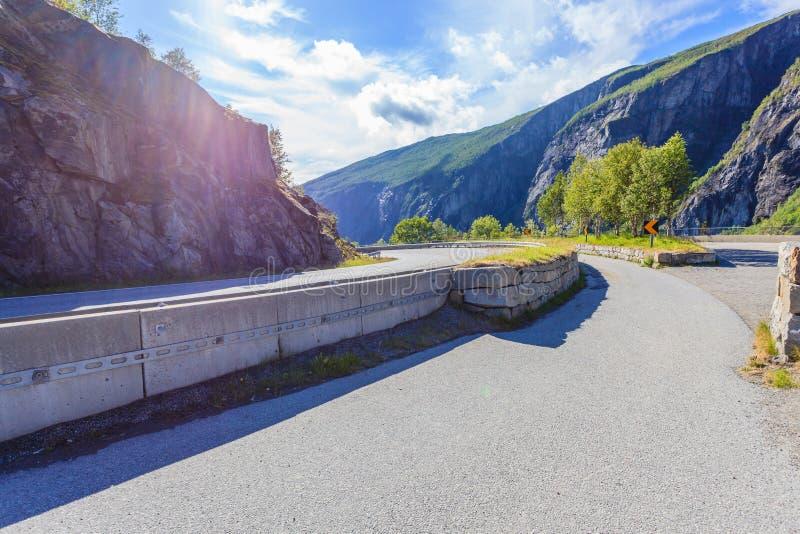 Strada in montagne norvegesi immagine stock libera da diritti