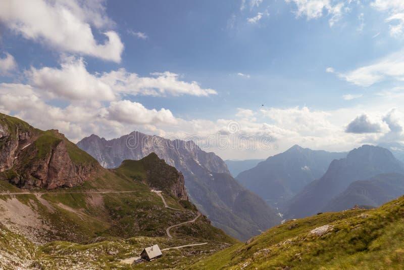 Strada nel bello paesaggio della valle della montagna fotografia stock libera da diritti