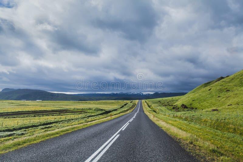 Strada nel paesaggio drammatico, concetto di viaggio fotografie stock