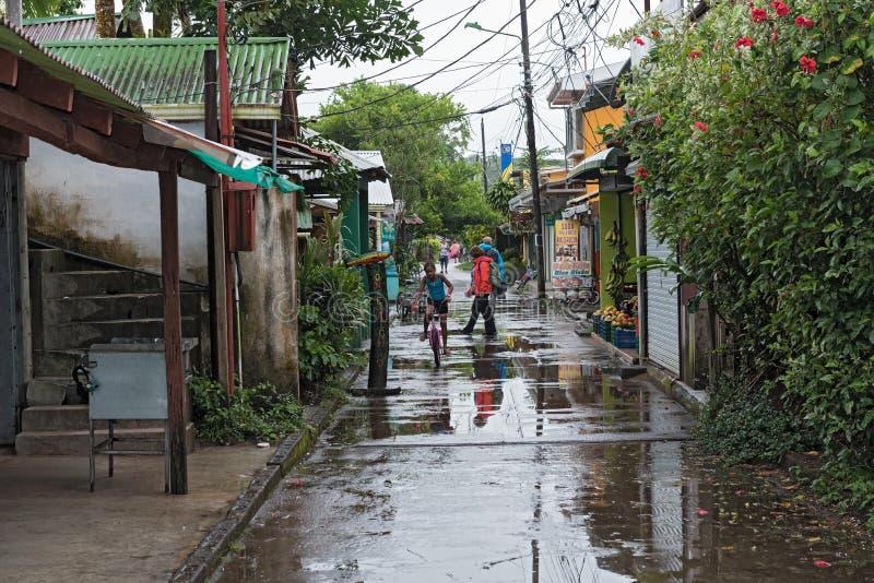 Strada nel villaggio di tortuguero a tempo piovoso, Costa Rica fotografie stock