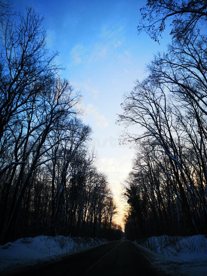 Strada nell'inverno - il maltempo nelle montagne immagine stock libera da diritti