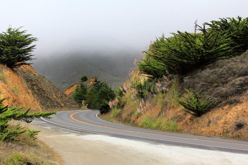 Strada nella nebbia che conduce a Half Moon Bay fotografie stock libere da diritti