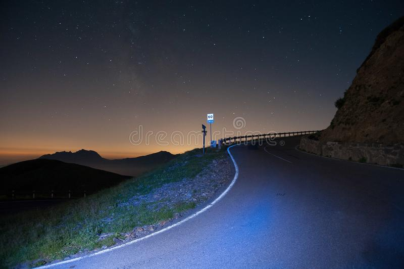 Strada nella notte stellata l fotografia stock