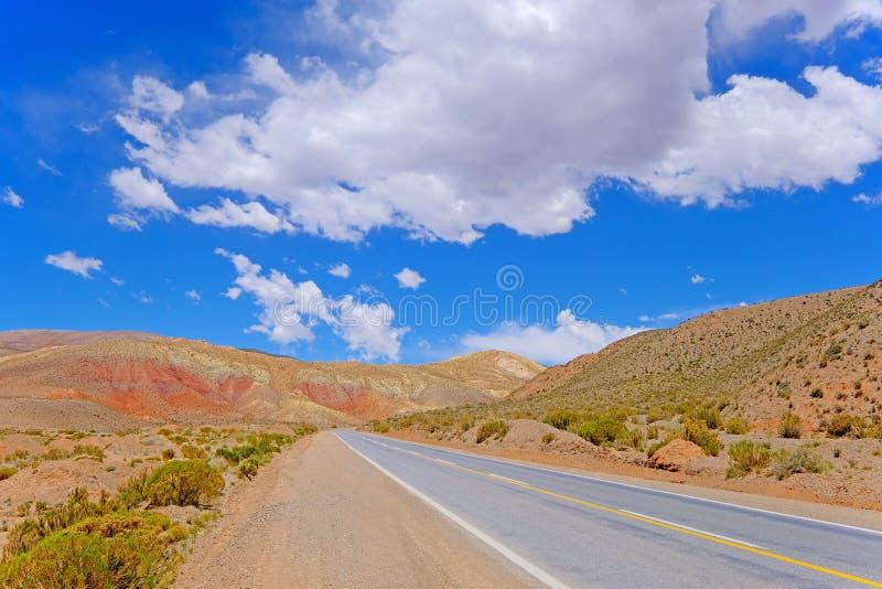 Strada nelle alte Ande, depressione della montagna il canyon di Cuesta De Lipan da Susques a Purmamarca, Jujuy, Argentina fotografie stock libere da diritti