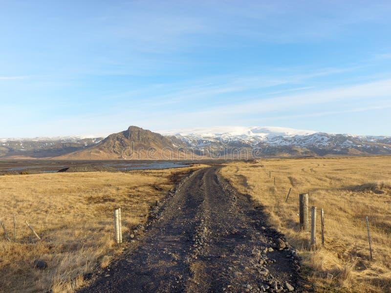 Strada non asfaltata al fiume di Klifandi e ghiacciaio di Myrdalsjokull, sud Islanda nell'inverno immagini stock
