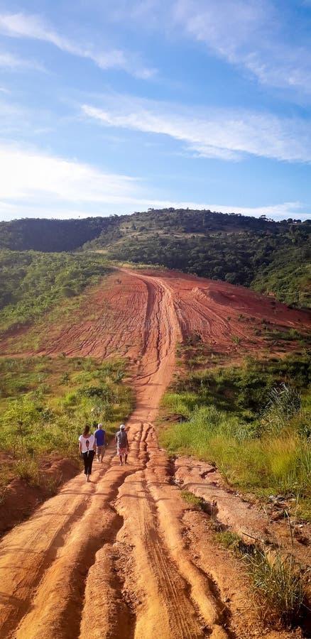 Strada non asfaltata al posto rurale, interno del Pernambuco, Brasile fotografia stock