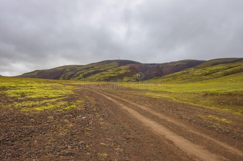 Strada non asfaltata alla valle di Thjofadalir in altopiani dell'Islanda Somma nuvolosa fotografie stock libere da diritti