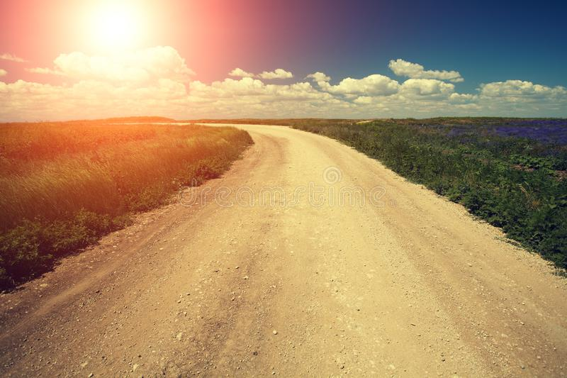 Strada non asfaltata con cielo blu al tramonto immagine stock libera da diritti