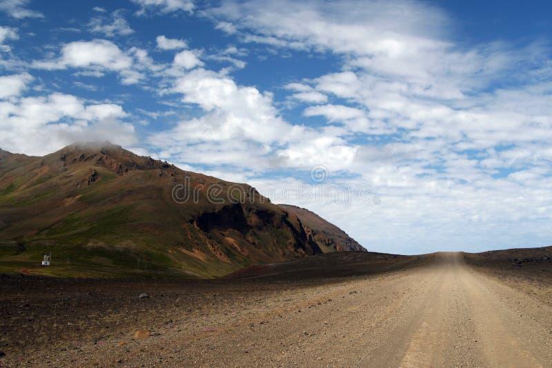Strada non asfaltata diritta senza fine sull'Islanda fotografie stock libere da diritti