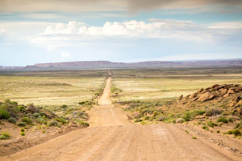Strada non asfaltata lunga e diritta fotografie stock libere da diritti