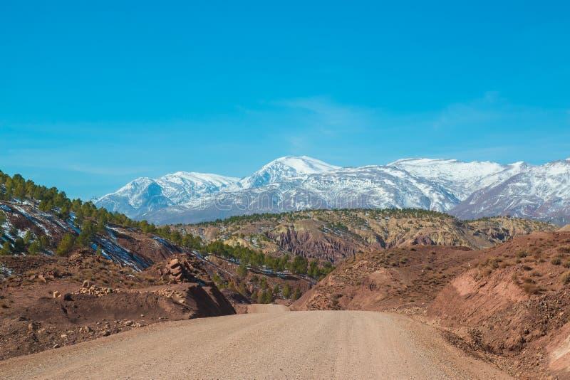 Strada non asfaltata in montagne di atlante del Marocco fotografia stock