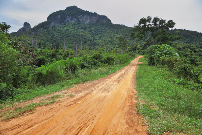 Strada non asfaltata sulla piccola isola rocciosa fotografie stock