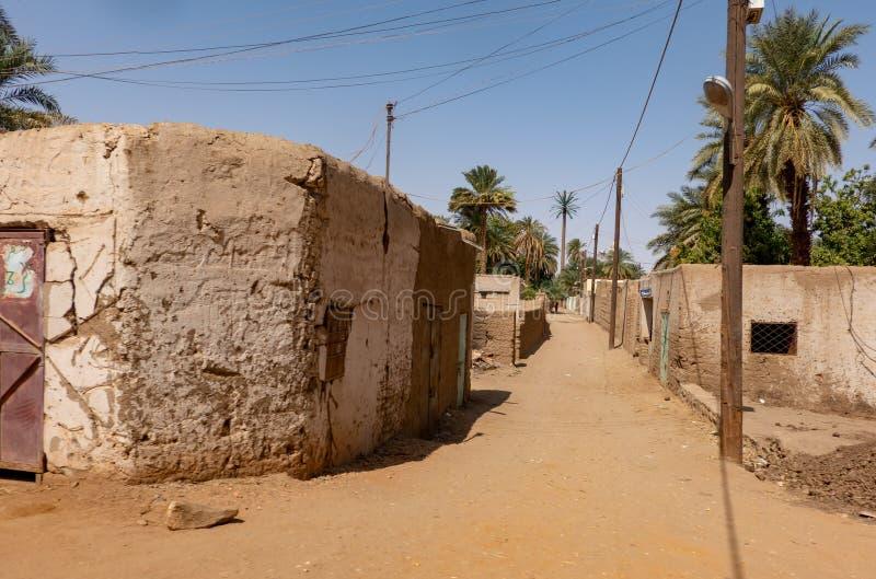 Strada non pavimentata vuota sola in un villaggio nel deserto del Sudan, Africa fotografia stock libera da diritti