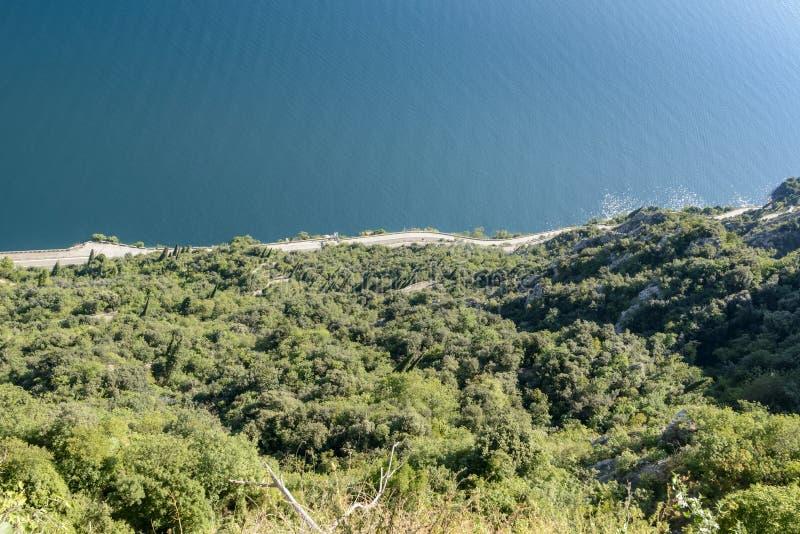 Strada occidentale di Gardesana da sopra, lago garda, Italia fotografia stock libera da diritti
