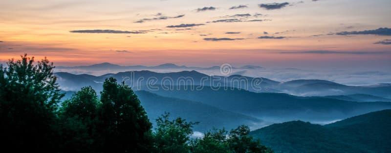 Strada panoramica di Dawn On The Blue Ridge in Nord Carolina occidentale immagini stock