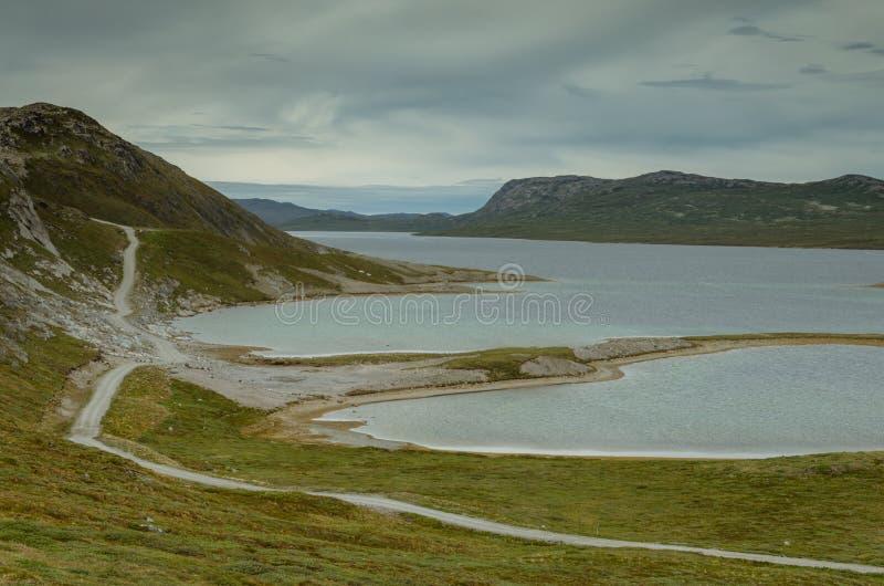 Strada più lunga della Groenlandia che conduce lungo il lago Aajuitsup Tasia, Groenlandia fotografia stock