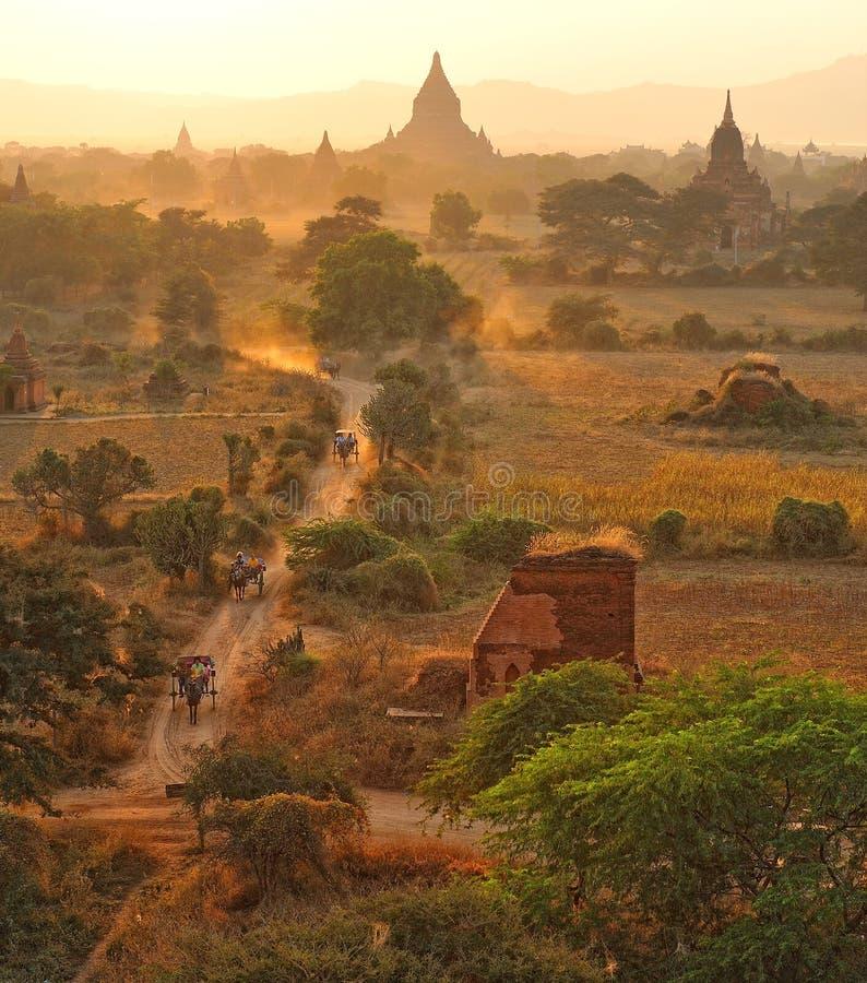 Strada polverosa in bagan, myanmar. fotografia stock