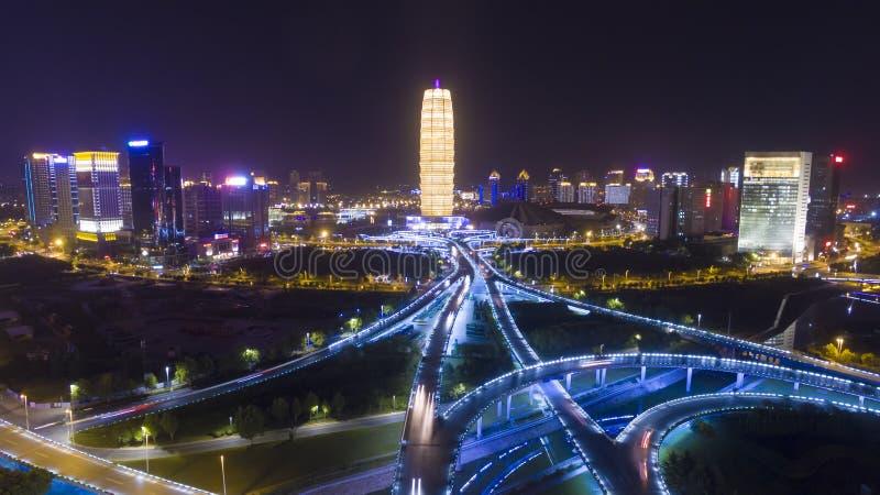 Strada principale alla porcellana di zhengzhou di notte fotografie stock