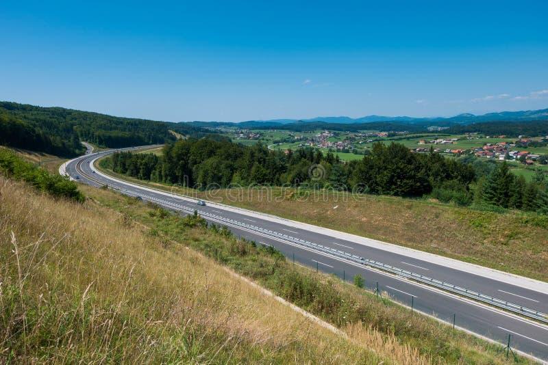Strada principale attraverso Dolenjska, Slovenia immagine stock libera da diritti