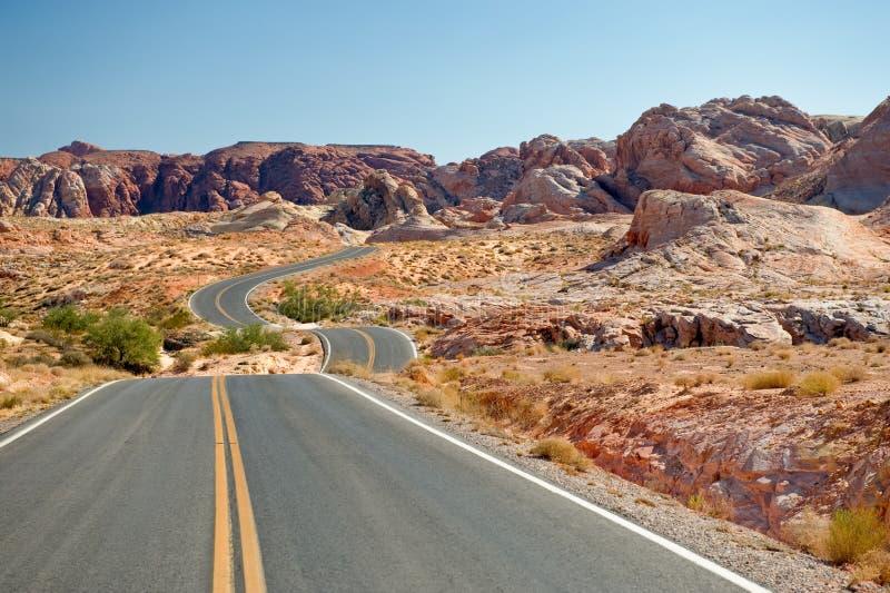 Strada principale attraverso il deserto fotografia stock libera da diritti
