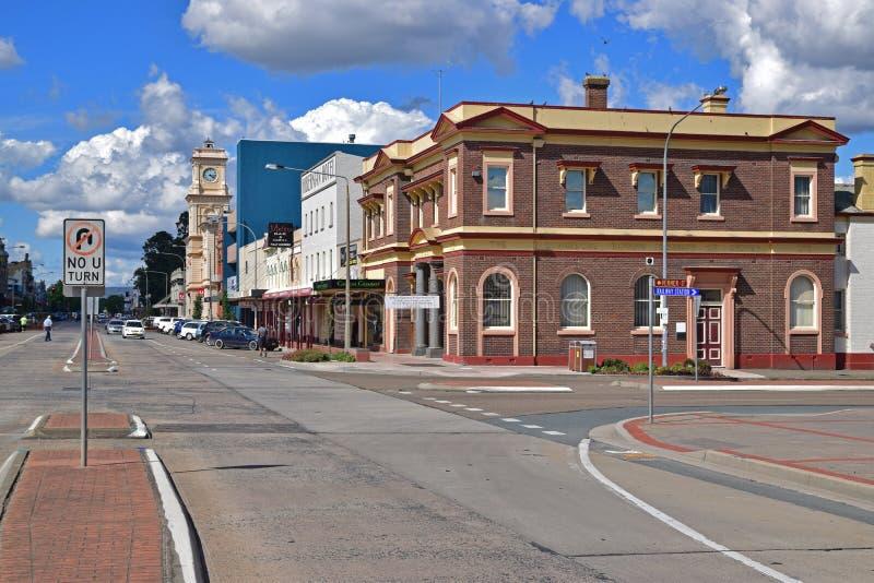 Strada principale calma della via castana dorata al centro urbano di Goulburn, Nuovo Galles del Sud, Australia fotografia stock libera da diritti