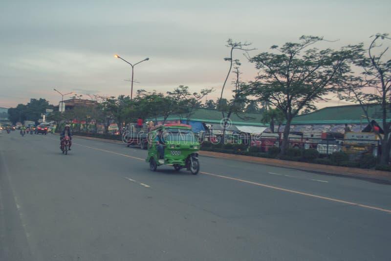 Strada principale che va alla stazione degli autobus della città di Tagum fotografia stock libera da diritti
