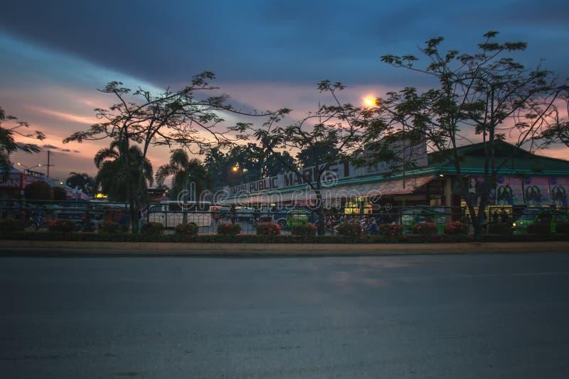 Strada principale che va alla stazione degli autobus della città di Tagum fotografia stock