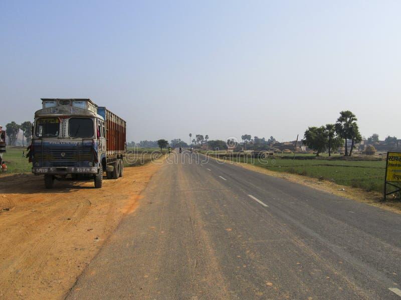 Strada principale con il camion e gli alberi immagine stock