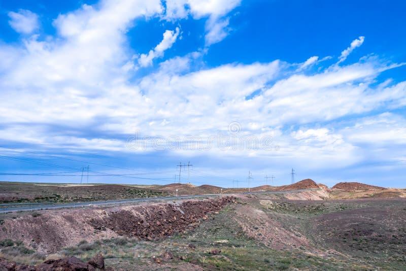 Strada principale con un paesaggio desolato immagini stock libere da diritti