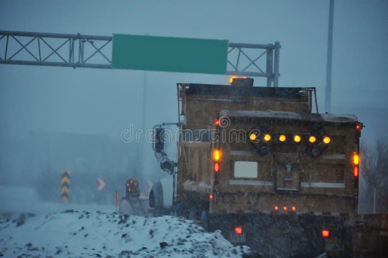 Strada principale del camion della neve immagine stock