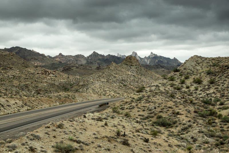Strada principale del deserto nella tempesta di monsone immagini stock libere da diritti