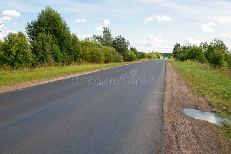 Strada principale dell'asfalto del paese che allunga via fotografie stock