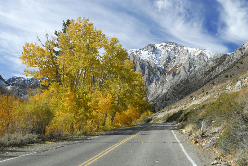 Strada principale di autunno in sierra montagne di Nevada fotografie stock