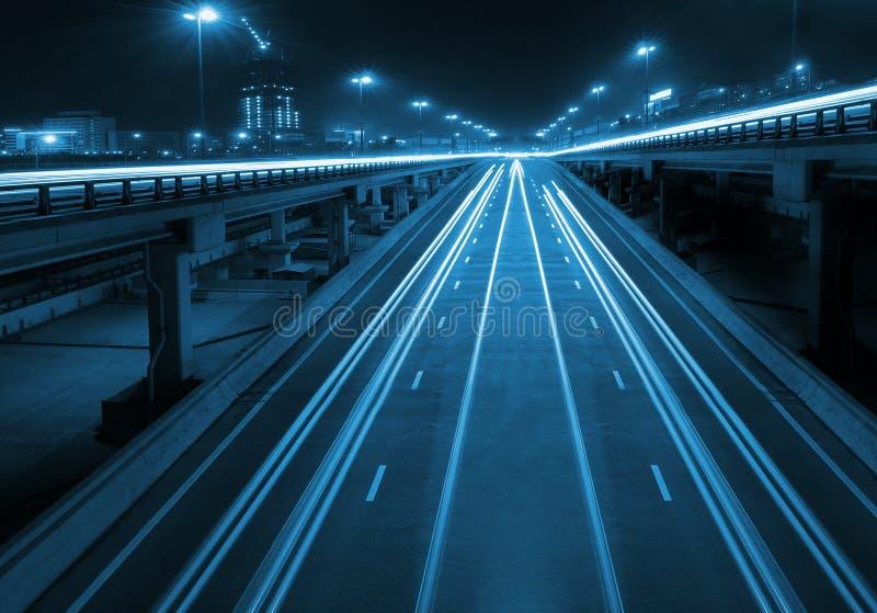 Strada principale di notte con i viadotti immagini stock