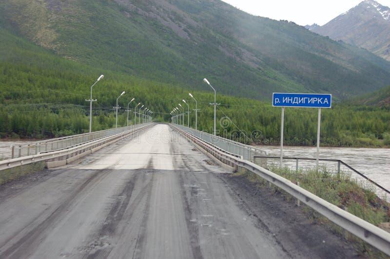 Strada principale di stato di Kolyma del ponte del fiume Russia fotografia stock libera da diritti