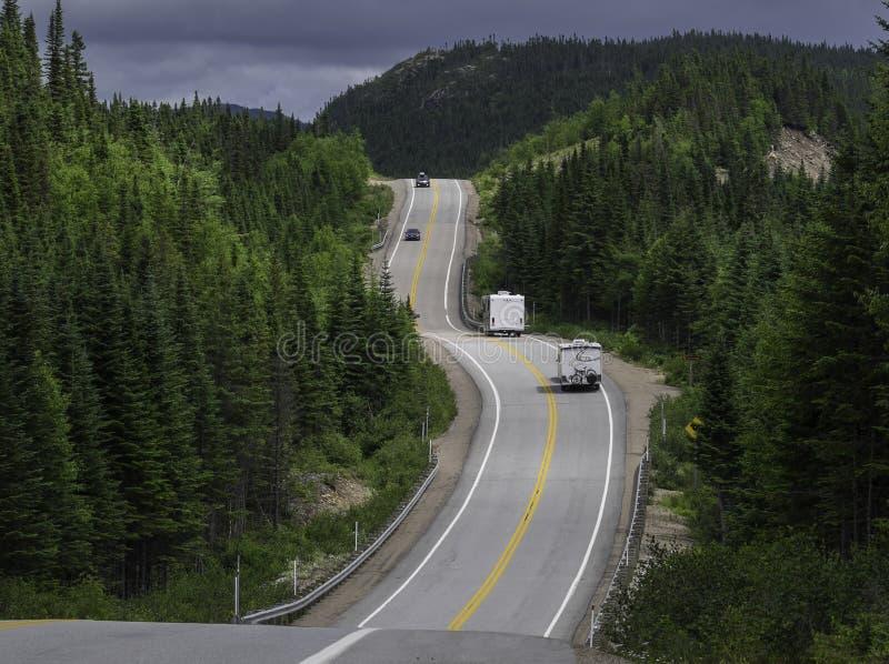 Strada principale e colline di rotolamento in Charlevoix Quebec immagini stock
