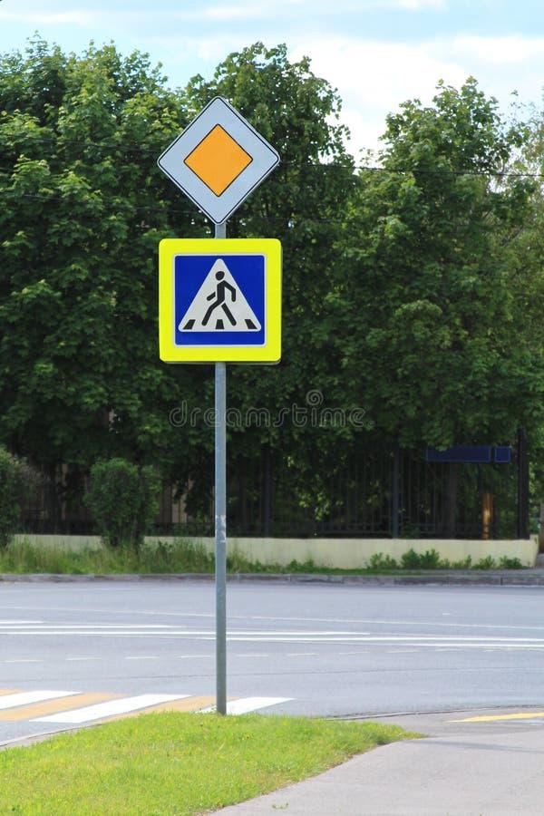 Strada principale e pedone del segnale stradale fotografia stock