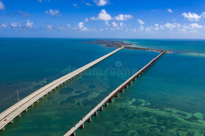 Strada principale e ponti di Florida dell'isola di Key West sopra la vista aerea del mare fotografie stock