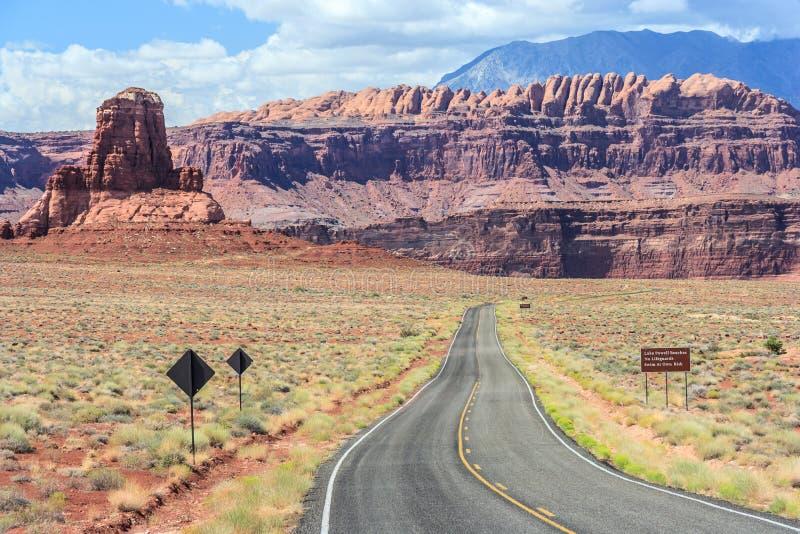 Strada principale a Hite Marina Campground sul lago Powell in Glen Canyon National Recreation Area fotografia stock libera da diritti