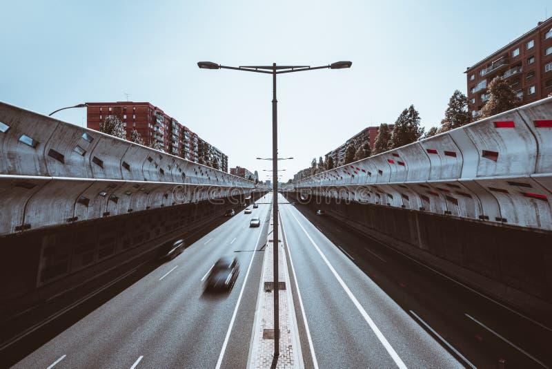 Strada principale moderna, vista lunga di esposizione fotografie stock