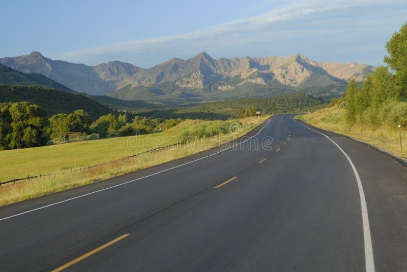 Strada principale in montagne rocciose fotografie stock libere da diritti